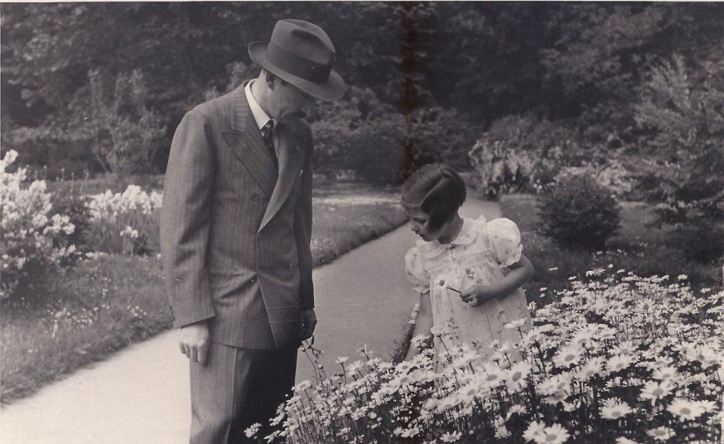 Цар Борис и Кн. Мария Луиза в т.н. Пролог в дворцовия парк с разновидните видове цветя, 1943 г.