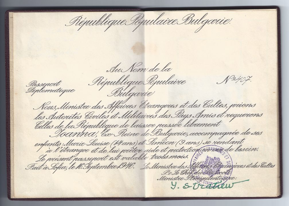 Факсимилета от страниците на дипломатическия паспорт, издаден от новопровъзгласената република на Царица Иоанна и двете й деца, с който са принудени да напуснат България.