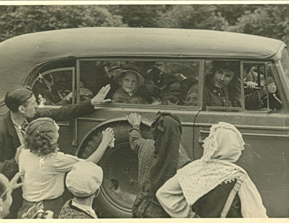 Хората навсякъде приветстват младия си Цар, 1945 г.