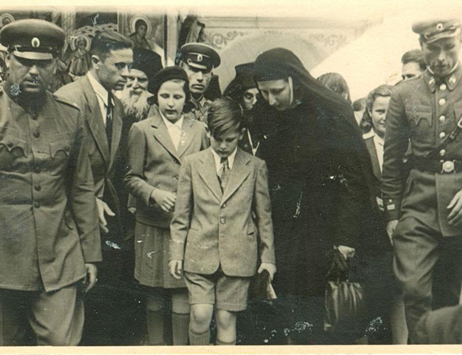 Царицата Майка, младият Цар и сестра му с новите придружаващи в Рилския монастир, 1945 г.