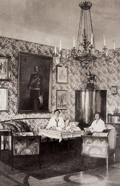 Княгините Евдокия и Надежда в своя салон на горния етаж в Двореца Врана