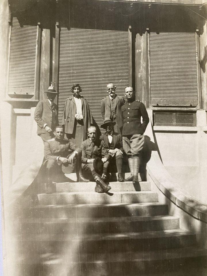 Княгиня Евдокия, акад. Буреш (седнал в средата) и други членове на свитата пред Стария дворец във Врана, 1923 г.