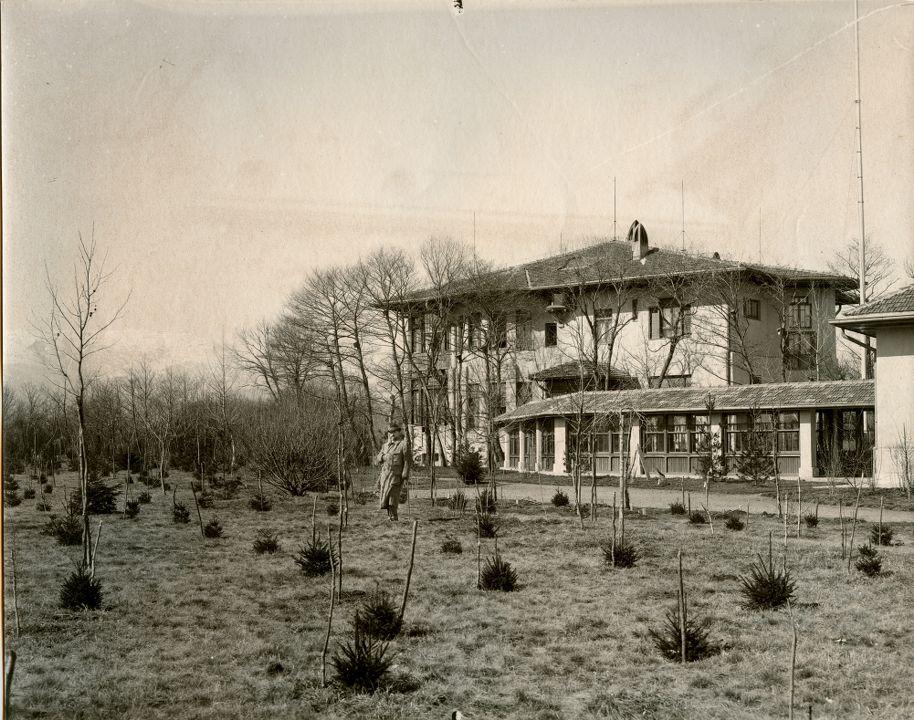 Княз Фердинанд пред току-що завършената сграда