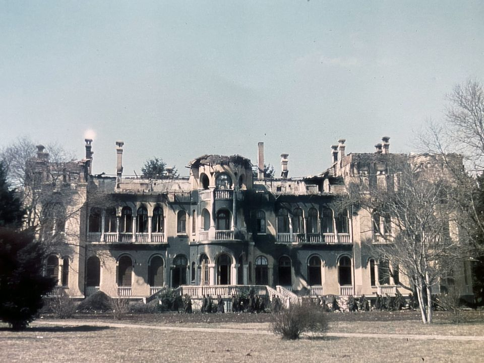 Новата сграда на Двореца след бомбардировката от 24 март 1944 г.