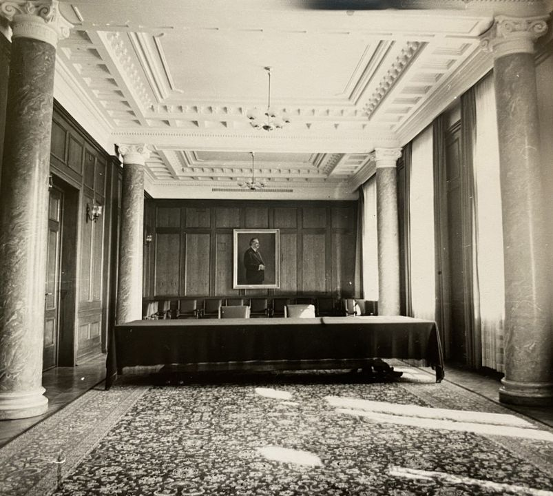 Големият приемен салон, преустроен от комунистите в киносалон.