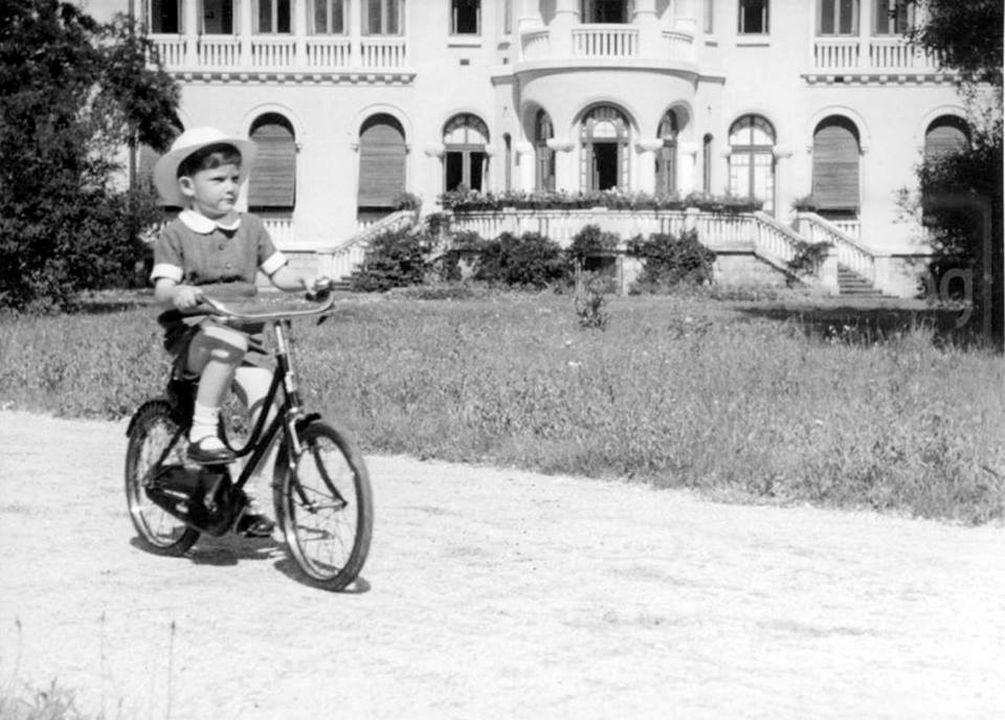 Престолонаследникът Симеон, Княз Търновски на велосипед пред Двореца, 1942 г.
