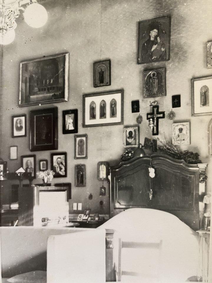 Спалнята на покойния Цар Борис III с неговите икони и свещени реликви.