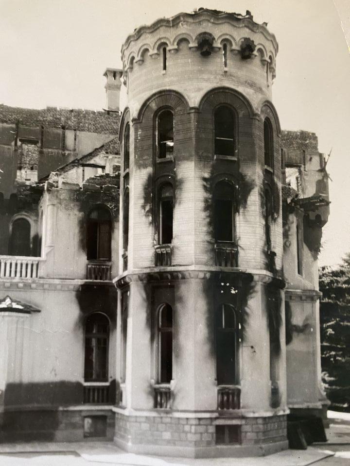 Византийската кула в северната страна на Двореца след бомбардировката, 1944 г.