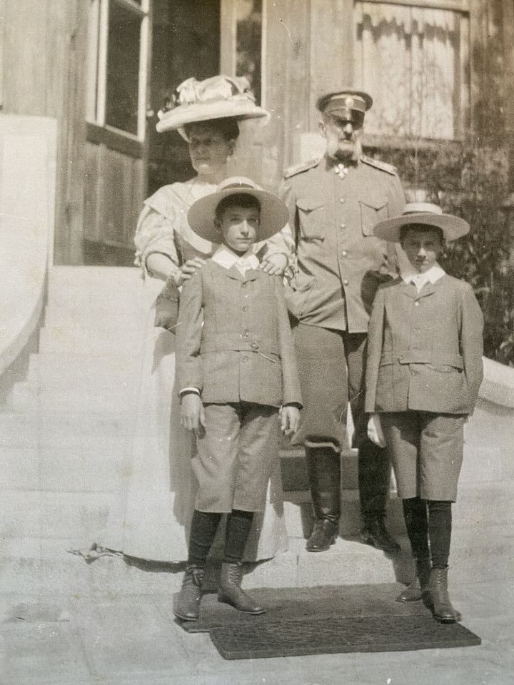 Великият княз Владимир Александрович, кн. Мария Павловна с князете Борис и Кирил пред Стария дворец във Врана, 1907 г.
