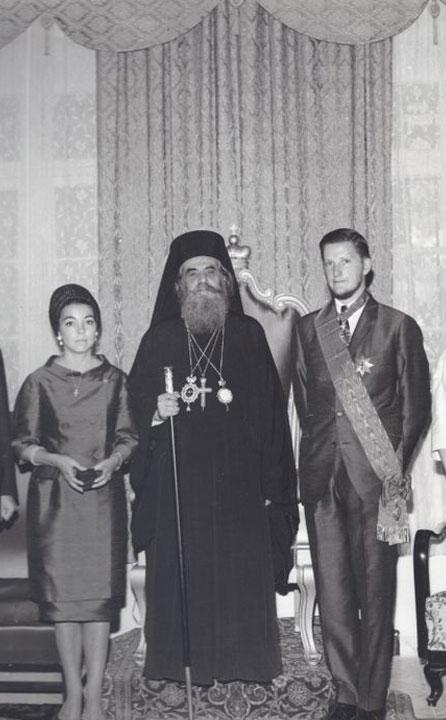 Цар Симеон II с кордона на Великия кръст на Божи гроб, връчен му от Йерусалимския патриарх Венедикт, 1965 г.