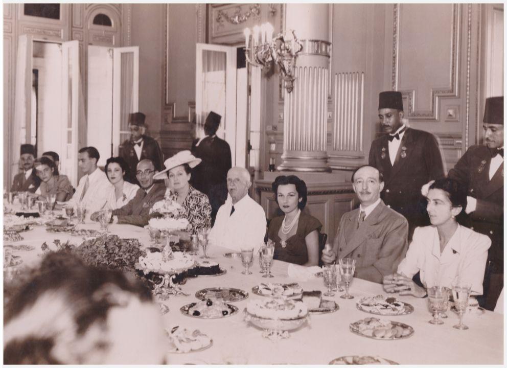 Царица Иоанна и други кралски изгнаници на гости при Крал Фарук в Двореца Монтаза, 1952 г. Кралят на Египет е изискан меценат и покровител на изкуствата и опазването на древната култера на Египет.