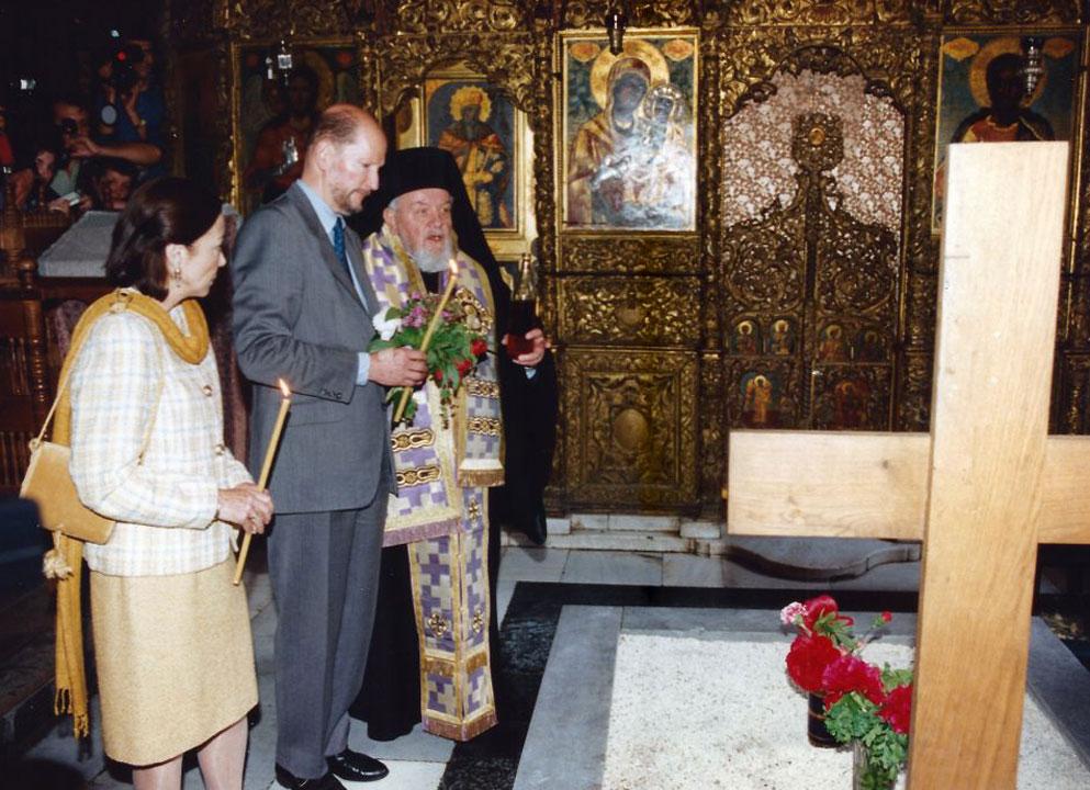 На гроба на блаженопочившия Цар Обединител Борис III в Рилския монастир, 1996 г.