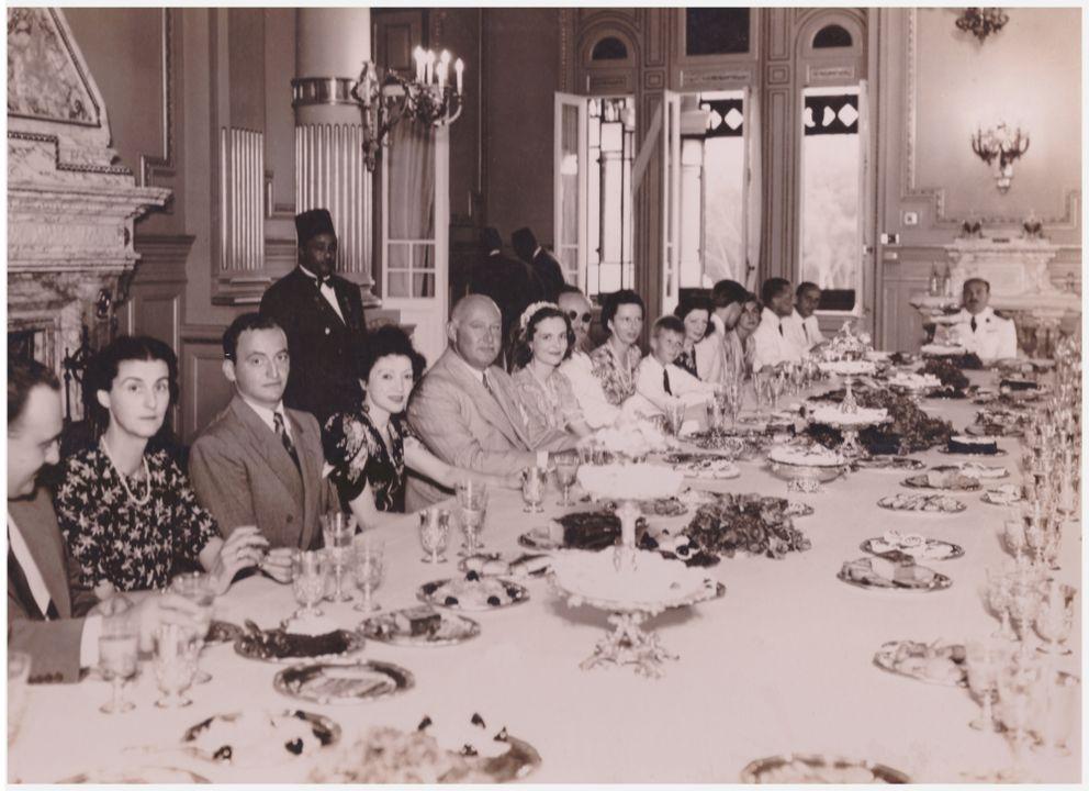 Крал Зог и Кралица Жералдин на трапезата на Крал Фарук. Царица Иоанна с типичното си благородно чувство и доброта съумява да помири Баща си с албанското Кралско семейство. Италия окупира Албания през 1938 г., оттогава Кралят Император носи титлата и Крал на Албания.