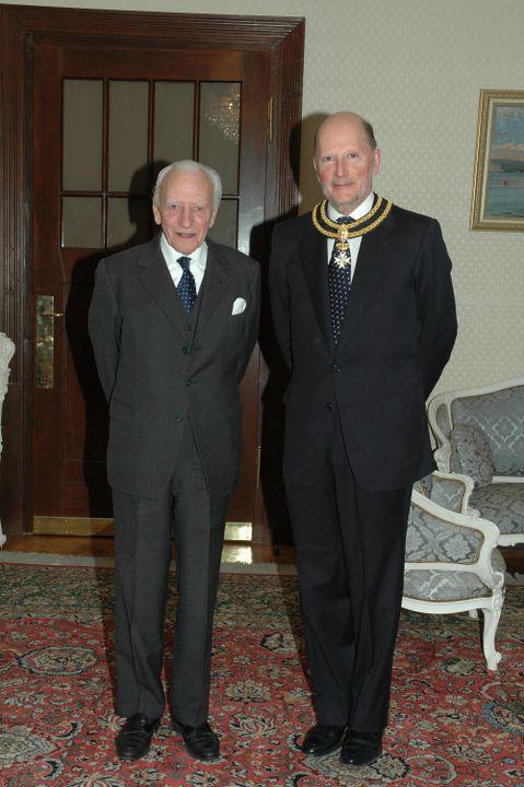 Великият магистър на Малтийския орден връчва Кръста на честта и благочестието на Цар Симеон II, в Двореца Врана, 2007 г.
