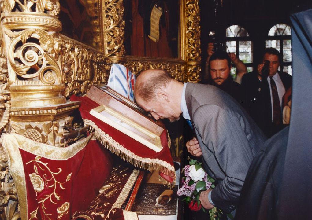 Пред мощите на Свети Иван Рилски Чудотворец – небесният покровител на Българите. Малко известен факт е, че освен Симеон, Царят носи и имената Иоан Рилски и Фердинанд в чест на светеца и дядо му.