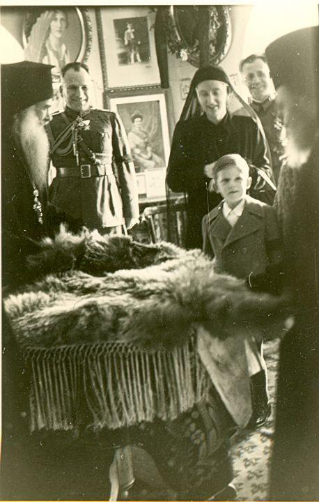 Н.В. Царицата-Майка с младия Цар и сестра му в Рилската света обител по повод 40 дни от кончината на Цар БорисIII.