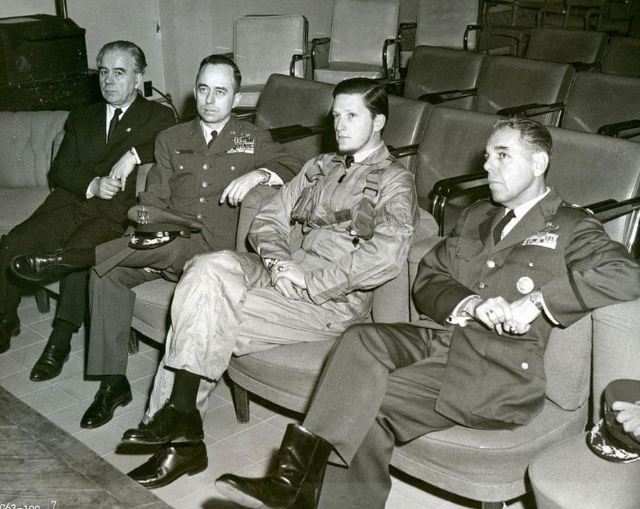 След полет със свръхзвуков самолет в американската военновъздушна база Торехон в Испания.