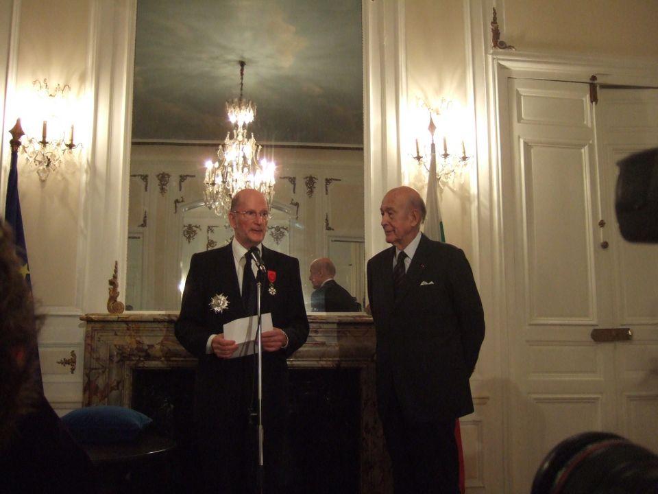 Цар Симеон получава знаците на Велик офицер на Ордена на почетния легион от Президента на Франция Валери Жискар Д'Естен, 2007 г.